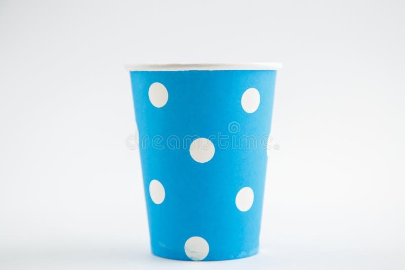 Чашки картона устранимые изолированные на белой предпосылке Вид спереди стоковые изображения rf
