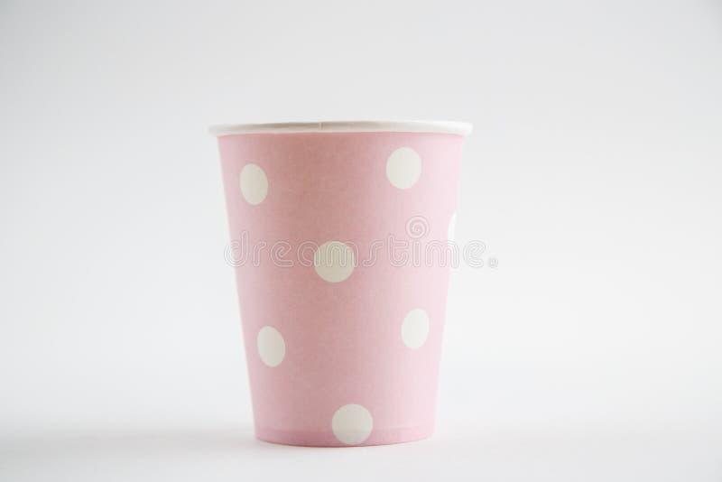 Чашки картона устранимые изолированные на белой предпосылке Вид спереди стоковое изображение rf
