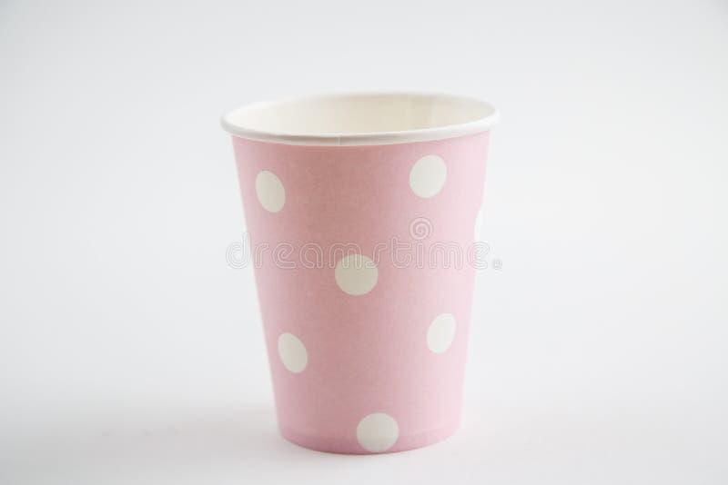 Чашки картона устранимые изолированные на белой предпосылке Вид спереди стоковое изображение