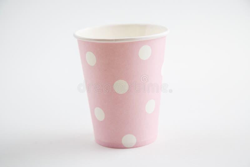 Чашки картона устранимые изолированные на белой предпосылке Вид спереди стоковая фотография