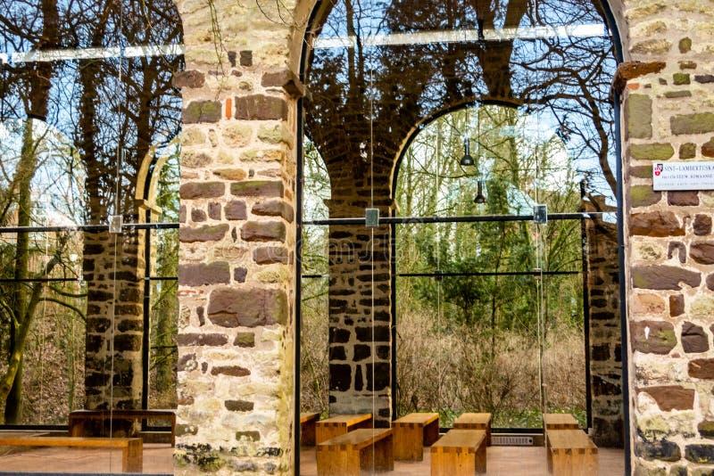 часовня с современными стеклянными окнами, лёвен St-Lambertus одиннадцатого века, Бельгия стоковое изображение rf