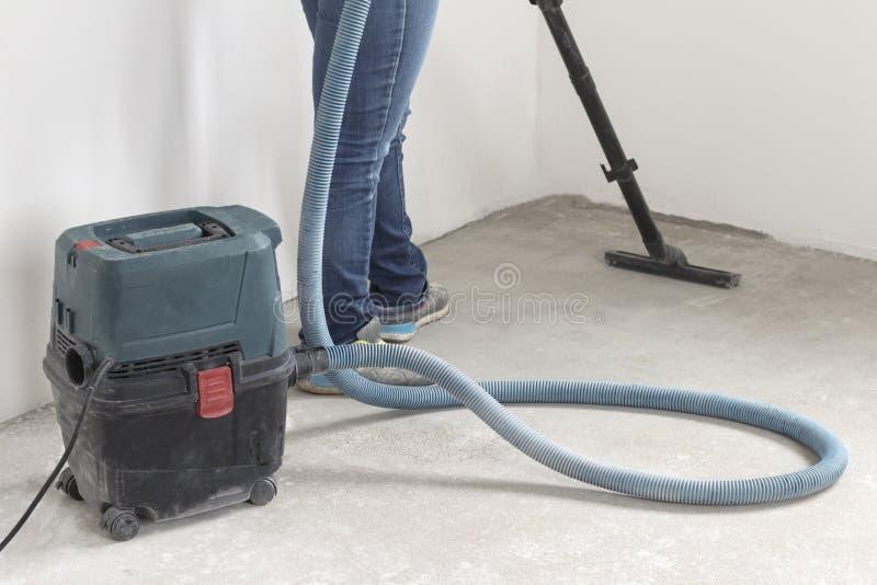 человек в брюках джинсовой ткани делает чистку комнат продукции квартира после ремонта используя polysosa стоковое изображение