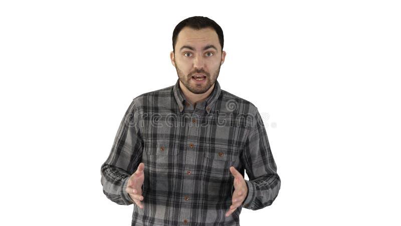 Человек в случайный идти и говорить к камере на белой предпосылке стоковые фото