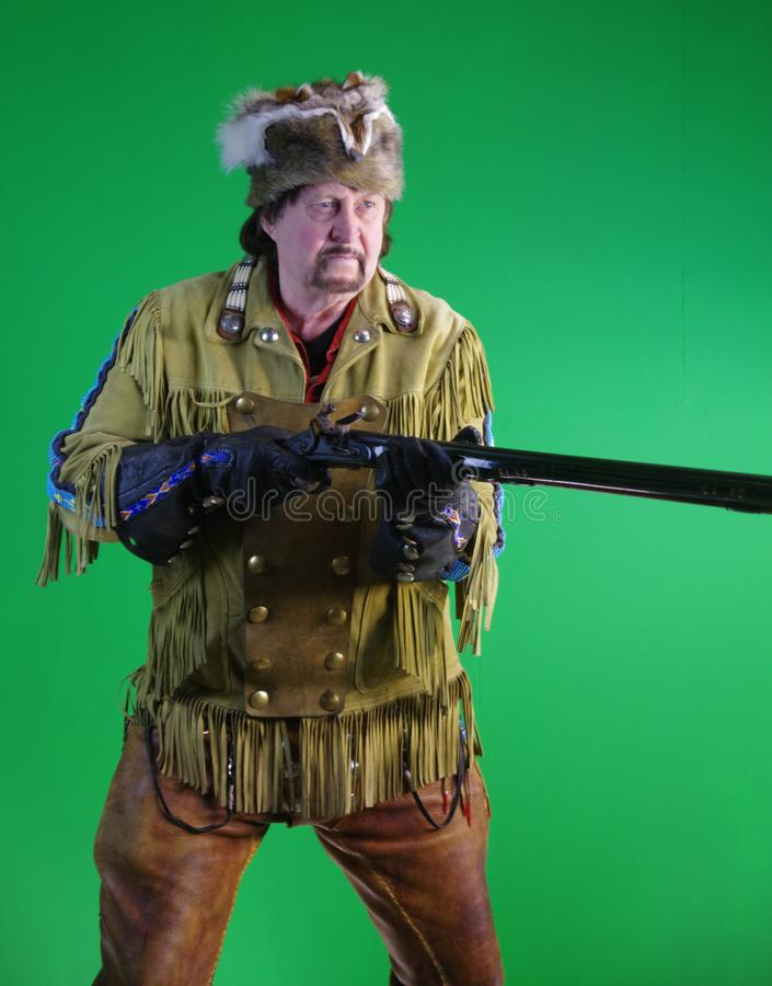 Человек горы с винтовкой затяжелителя намордника стоковая фотография rf