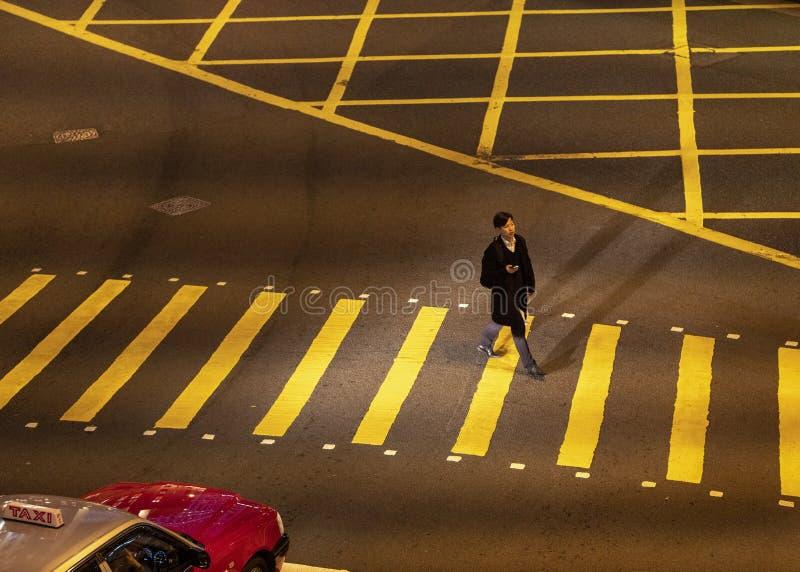 Человек идет на скрещивание зебры стоковая фотография
