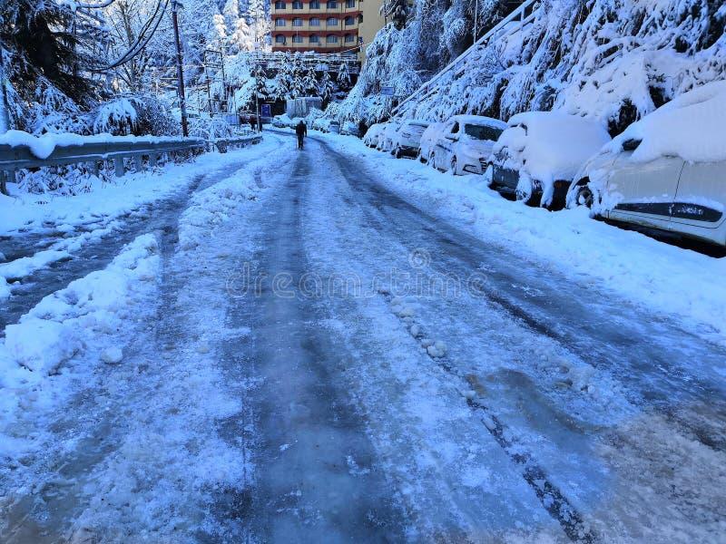 Человек идя на снежную дорогу стоковые фотографии rf