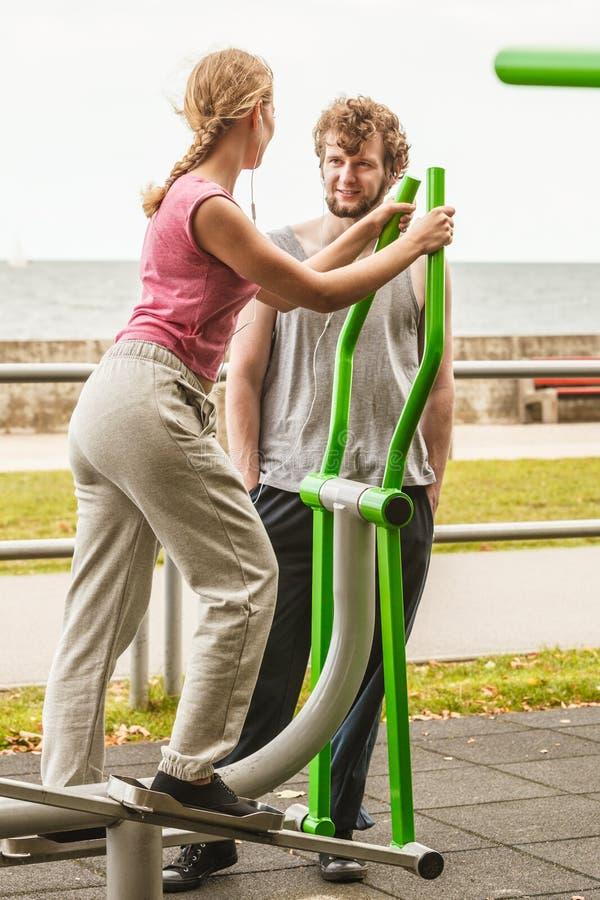 Человек и женщина работая на эллиптическом тренере стоковые фотографии rf