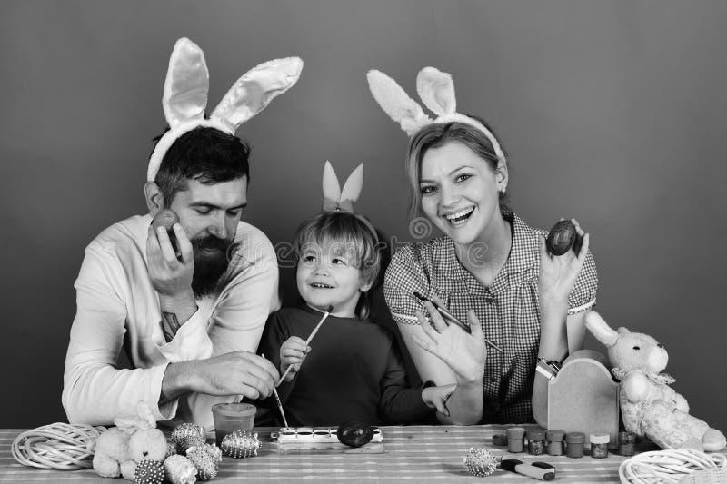 Человек и женщина со счастливыми улыбками подготовлять семьи пасхи стоковое изображение