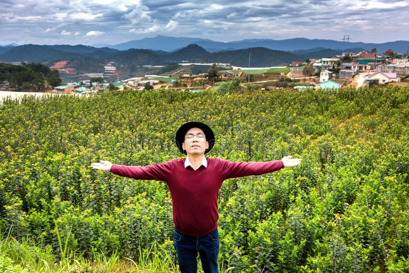 Человек наслаждаясь теплом Солнца и свежего воздуха в сельской местности стоковое фото rf