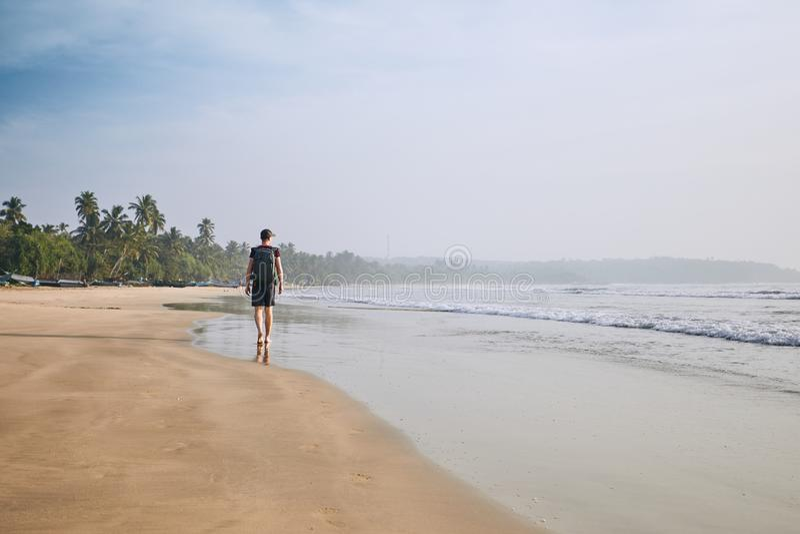 человек пляжа сиротливый стоковое изображение rf