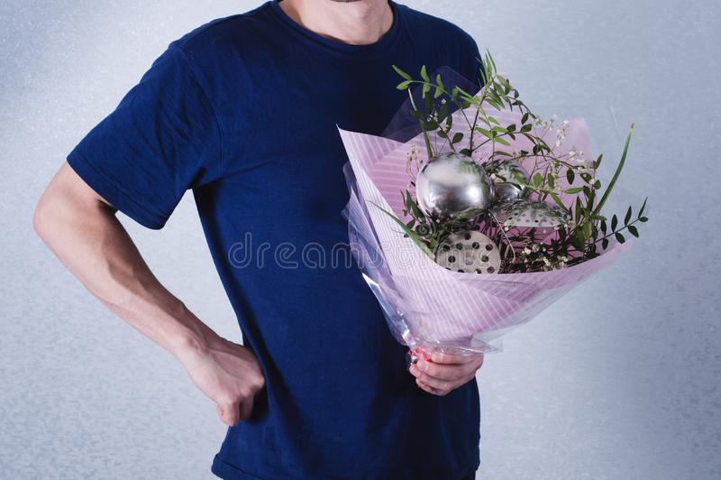 Человек дает букет цветков и ковшей концепция патриархального неравенства общества и рода Сексизм и феминизм стоковая фотография rf