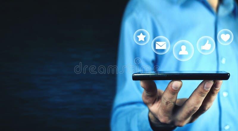 Человек держа телефон Социальная принципиальная схема средств стоковые фото