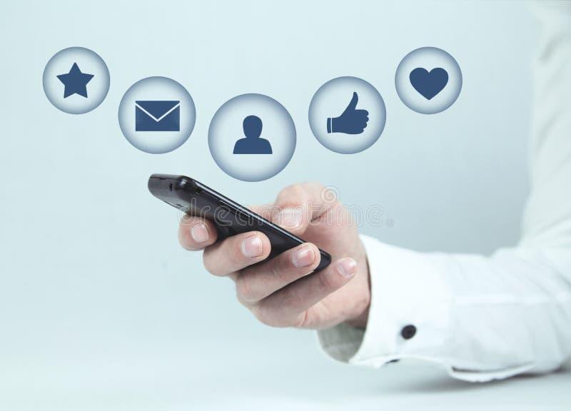 Человек держа телефон Социальная принципиальная схема средств стоковое изображение rf