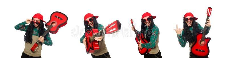 Человек с гитарой в музыкальной концепции на белизне стоковое изображение
