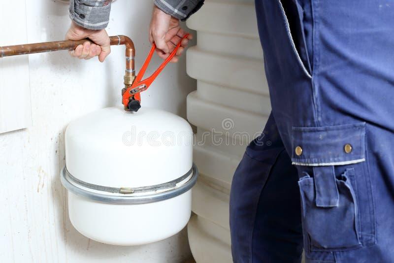 Человек ремонта исправляет труба стоковые изображения