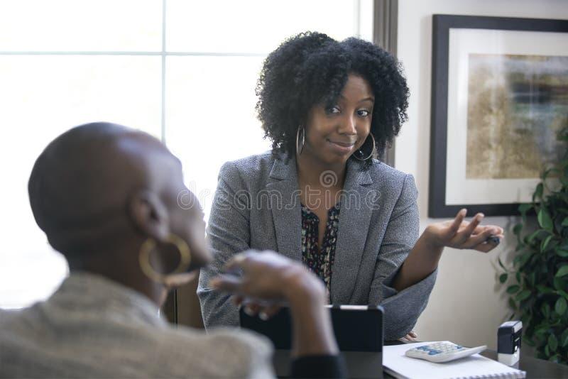 Черный женский клиент сердитый на бухгалтере налога CPA стоковые фотографии rf