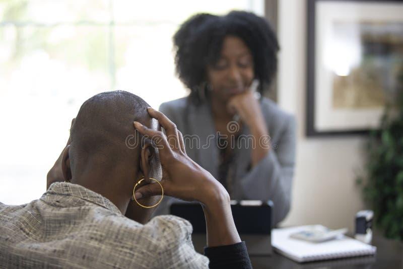 Черный женский клиент сердитый на бухгалтере налога CPA стоковые фото