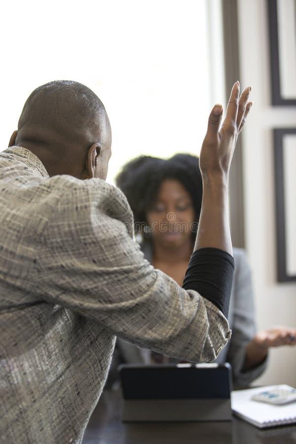 Черный женский клиент сердитый на бухгалтере налога CPA стоковое фото rf