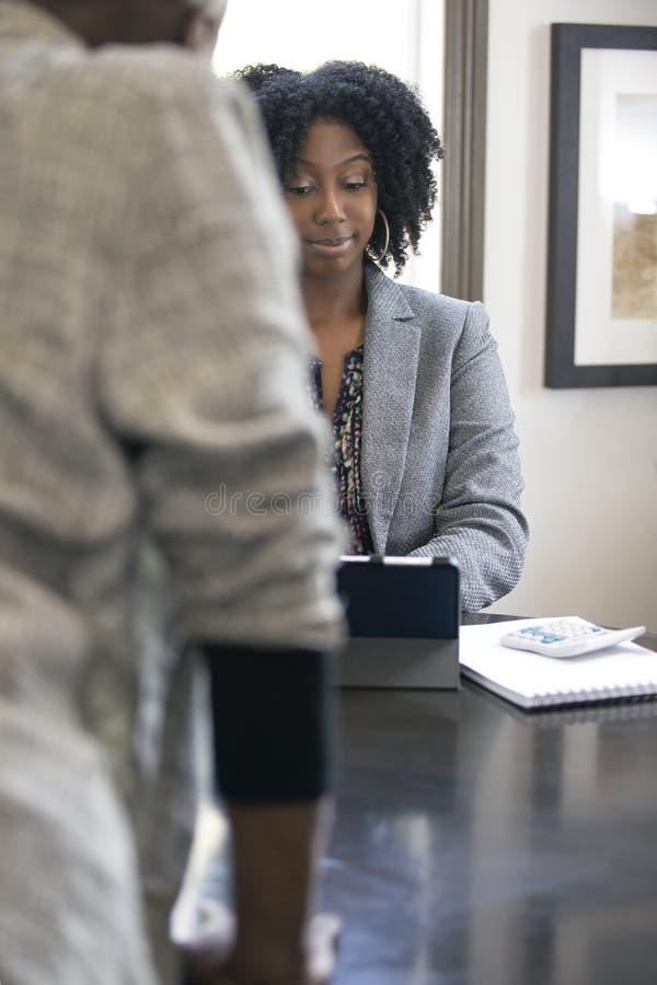 Черный женский клиент сердитый на бухгалтере налога CPA стоковая фотография rf