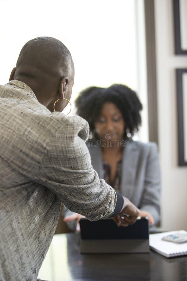 Черный женский клиент сердитый на бухгалтере налога CPA стоковые изображения rf