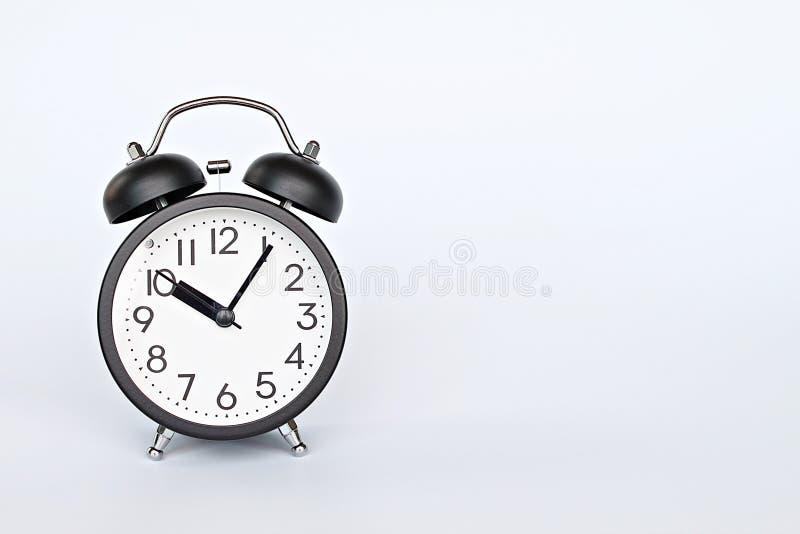 Черный ретро будильник на белой предпосылке с космосом экземпляра, подготавливает для добавлять или глумится вверх стоковые изображения rf