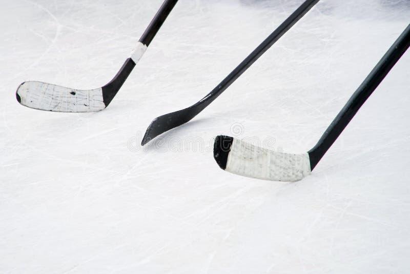 3 черных ручки хоккея на льде на суде Подготовка для тренировки в открытой местности стоковая фотография rf
