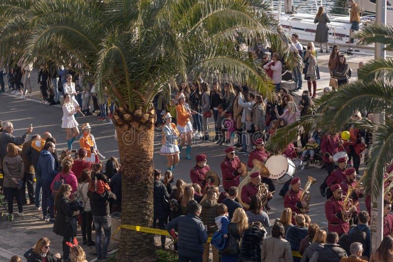 Черногория, Kotor - 15:35 2019-03-03: Муниципальный оркестр Танцы Majorettes Традиционная масленица на много десятилетий, который стоковое фото rf