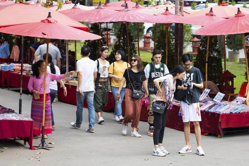 ЧИАНГМАЙ ТАИЛАНД - 17-ое февраля 2019: Уличный рынок воскресенья, в виске Wat Phra Singh Торговая операция местных туристов прихо стоковые фотографии rf