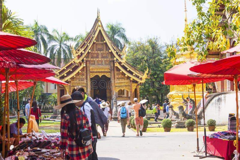 ЧИАНГМАЙ ТАИЛАНД - 17-ое февраля 2019: Уличный рынок воскресенья, в виске Wat Phra Singh Торговая операция местных туристов прихо стоковое фото rf