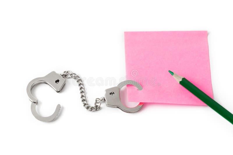 Чистый лист бумаги с наручниками стоковые фотографии rf