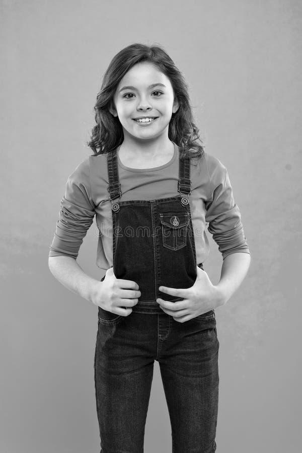 Чисто красотка волосы девушки немногая длиной Сторона ребенк счастливая милая с прелестной стойкой вьющиеся волосы над голубой пр стоковые фотографии rf