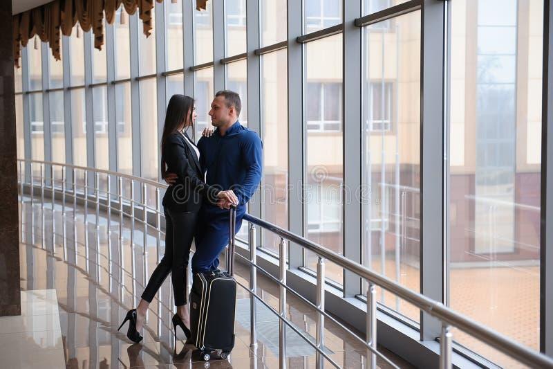 Члены команды финансов дела молодые привлекательные на событии аэропорта или конвенции стоковые фотографии rf