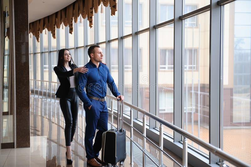 Члены команды финансов дела молодые привлекательные на событии аэропорта или конвенции стоковое фото