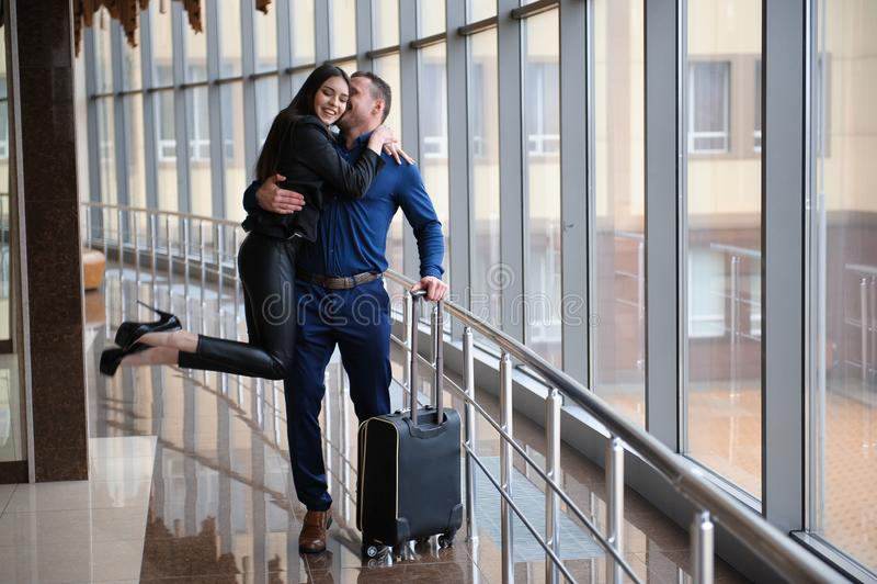 Члены команды финансов дела молодые привлекательные на событии аэропорта или конвенции стоковые фото