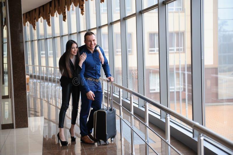 Члены команды финансов дела молодые привлекательные на событии аэропорта или конвенции стоковое изображение rf