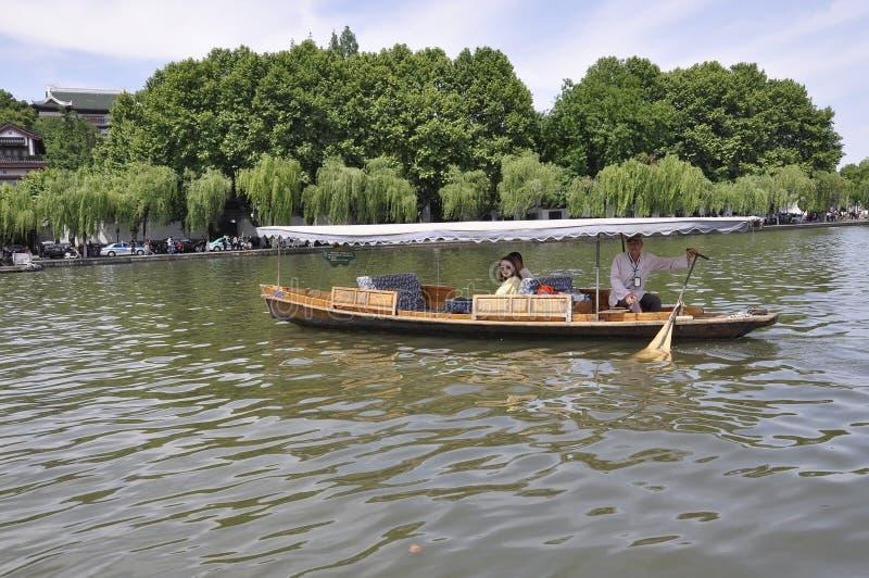 Ханчжоу, 3-ее может: Традиционная деревянная шлюпка на известном западном озере от Ханчжоу стоковые изображения rf