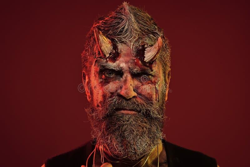 Хеллоуин satan с бородой, кровь, раны на стороне стоковая фотография