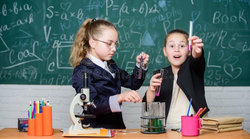 Химическая концепция эксперимента Меры безопасности для обеспечивать безопасную химическую реакцию Дети гения работают на собстве стоковые изображения rf