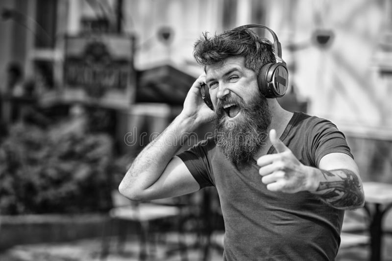 Хипстер человека бородатый с музыкой наушников слушая Хипстер наслаждается высококачественным звуком песни в наушниках Получите м стоковая фотография