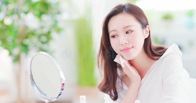 Хлопок азиатской пользы женщины очищая стоковое изображение