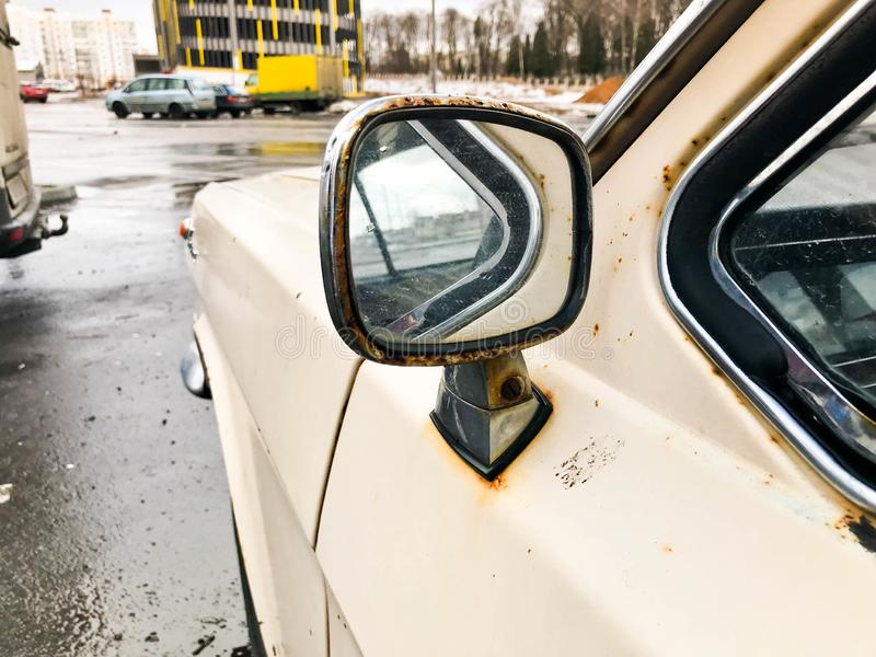 Хром старого ретро винтажного хипстера ржавый окисленный покрыл металлическое серебряное зеркало ретро antiquanr 60's, 70s, 80s,  стоковое изображение