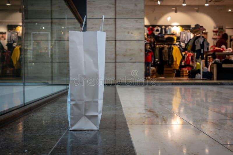 Хозяйственная сумка сделанная бумажных стоек на прихожей торгового центра стоковая фотография