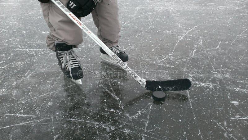 Хоккеист на льде стоковые изображения