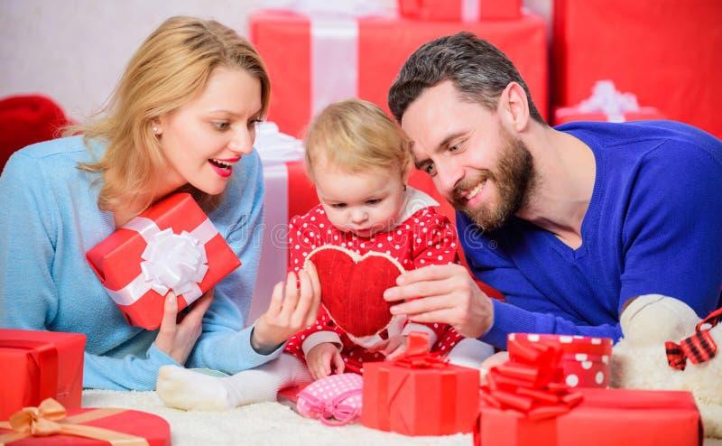 Ходить по магазинам он-лайн любить пар счастливый Счастливая семья с присутствующей коробкой Любовь и доверие в семье Бородатые ч стоковое фото rf