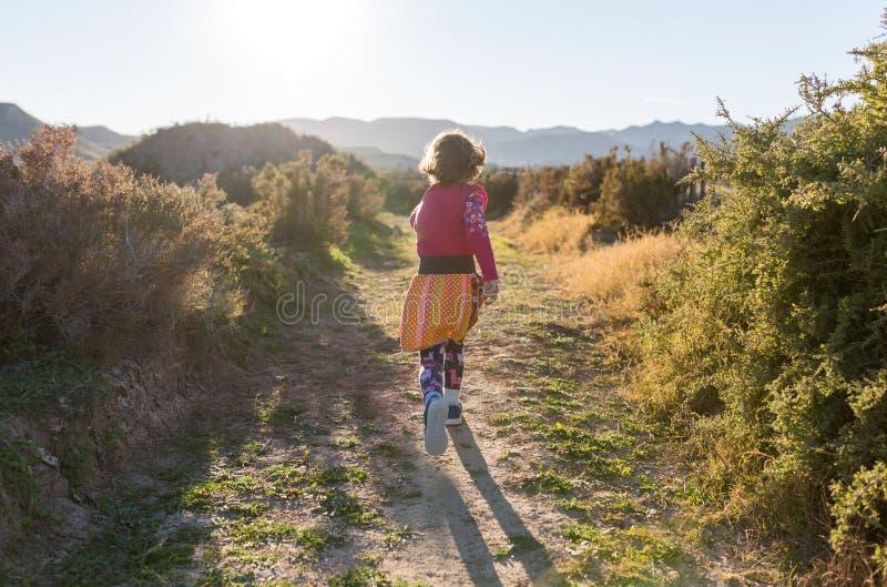 Ход маленькой девочки через испанский ландшафт стоковые фотографии rf