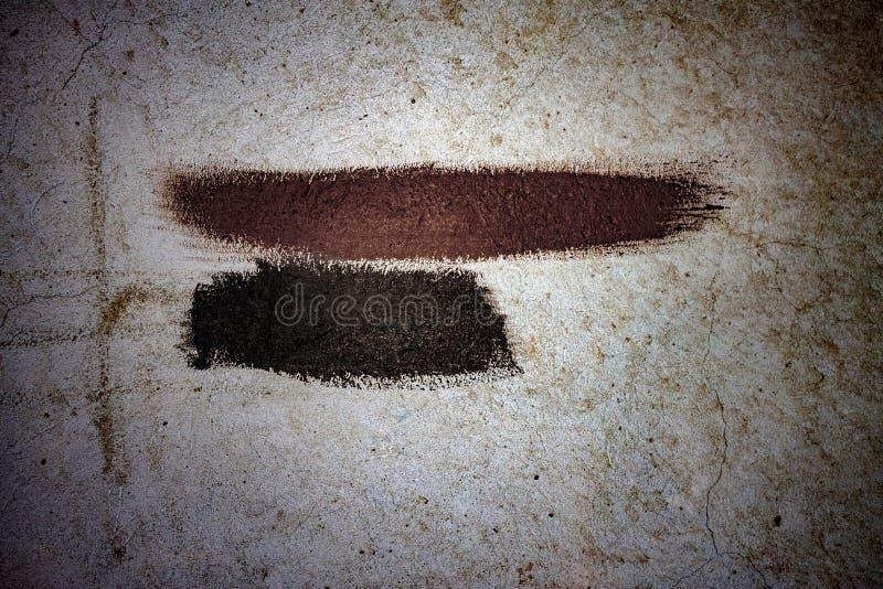 Ходы коричневой и черной краски на старой стене стоковая фотография rf