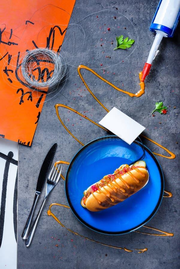 Хот-дог зажаренный барбекю с отбензиниванием и мустардом стоковые изображения rf