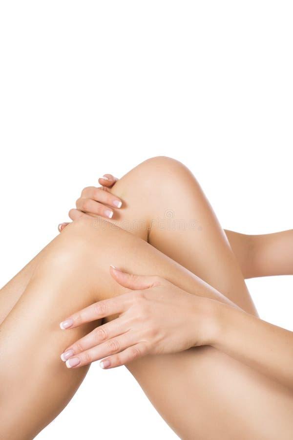 Хорошо выхоленные женские ноги после депиляции изолированные на белой предпосылке Забота и волосы кожи извлекая концепцию стоковые изображения rf