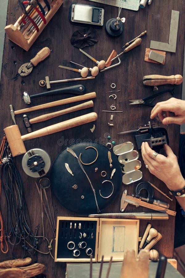 Работая стол кузнца, взгляда сверху стоковая фотография rf