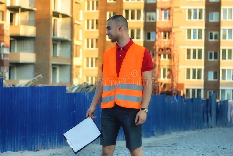 Рабочий-строитель утомлянный и уволенный от работы стоковое изображение